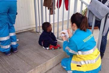 Gli operatori delle Misericordie ricongiungono la piccola Oumuh alla mamma