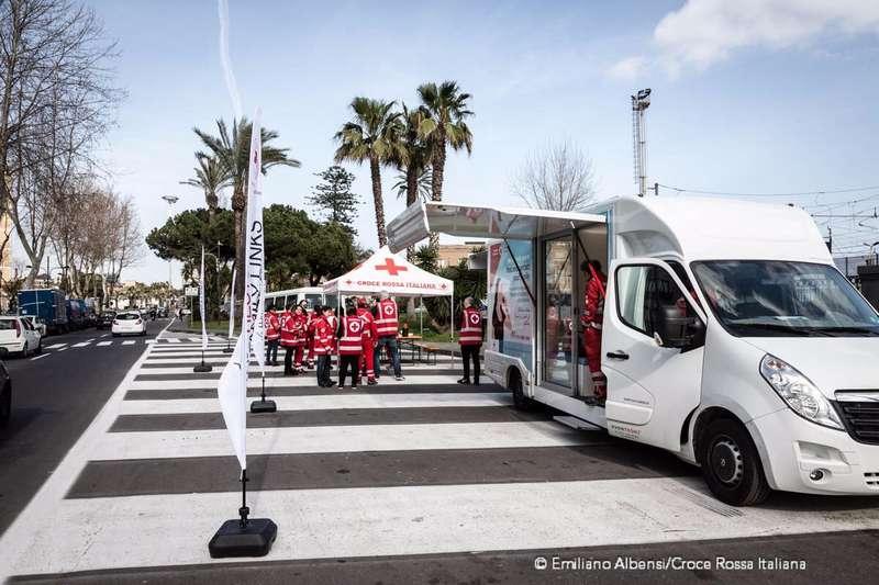 """""""Tracing Bus"""" della Croce Rossa: la cabina telefonica itinerante per i migranti"""