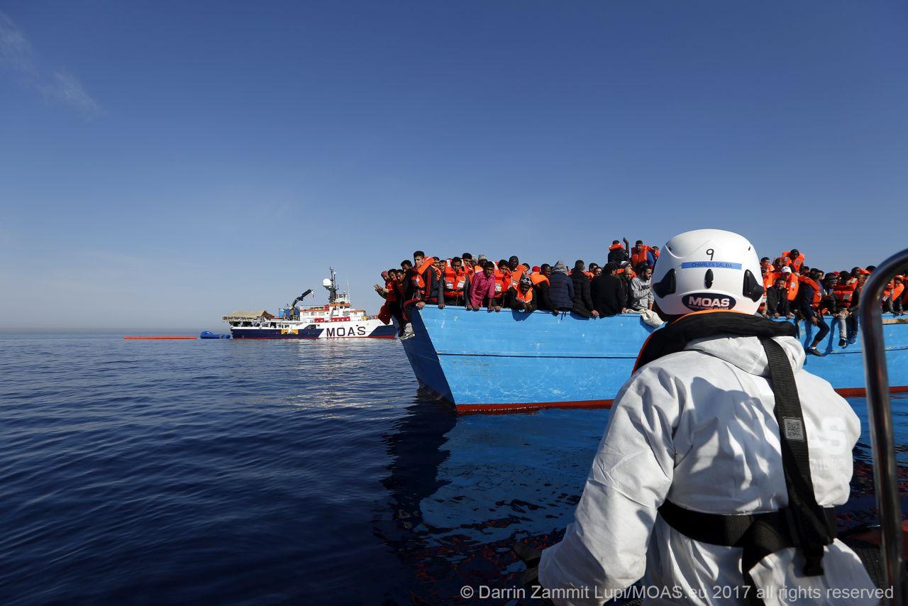 Traffico di migranti: M5S accusa MOAS e tutte le altre sigle europee, andando ben oltre la calunnia