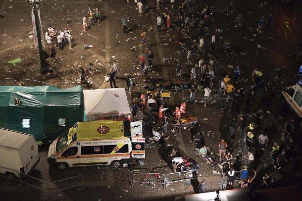 1496587101352.JPG–torino__la_tragedia_a_piazza_san_carlo__tutti_i_dubbi_sulla_sicurezza_e_su_quel_maxi_schermo