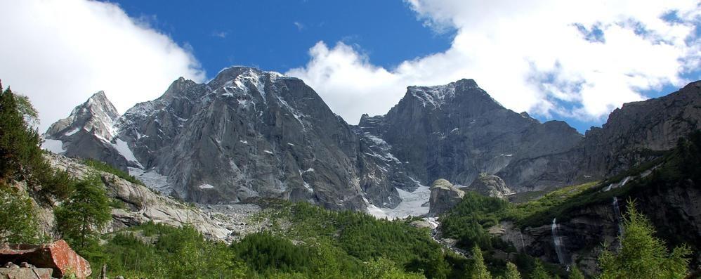 Frane e fiumi di fango, è crollata una parete del Pizzo Cengalo nelle Alpi