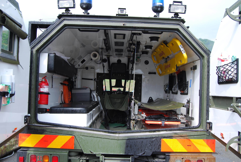 05: l'interno del Lince: pur essendo una ambulanza militare, dunque per definizione tendenzialmente spartana, presenta un allestimento del vano sanitario piuttosto curato con una dotazione sanitaria di buon livello – foto Alberto Di Grazia