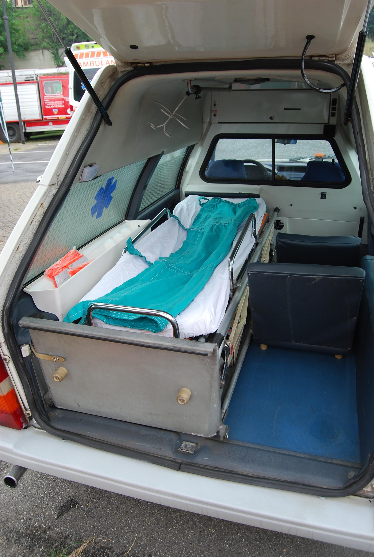 20: il tetto rialzato garantisce una sensazione di ariosità notevole; l'ambulanza nacque essenzialmente come mezzo per trasferimenti veloci per cui non aveva a bordo materiale sanitario di particolare ingombro; tutto era finalizzato invece al comfort del paziente e degli operatori al suo fianco – foto Alberto Di Grazia