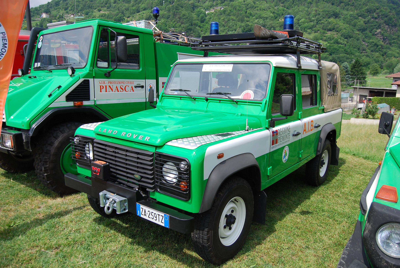 23: immancabile, fra i volontari come nei Vigili del Fuoco, la Land Rover Defender, qui utilizzata dal gruppo A.I.B. di San Germano-Chisone (TO) – foto Alberto Di Grazia