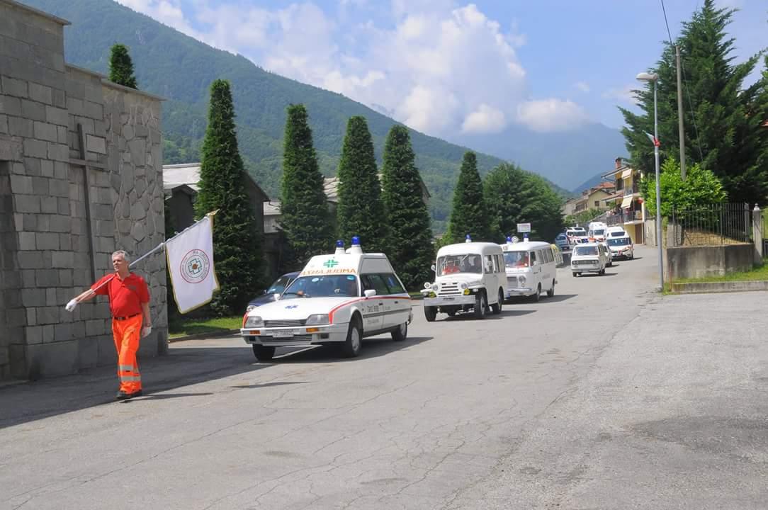 31: la colonna sta per raggiungere il cimitero per la deposizione della corona di fiori di fronte al cippo eretto in memoria di tutti i volontari deceduti – foto Massimo Bosco