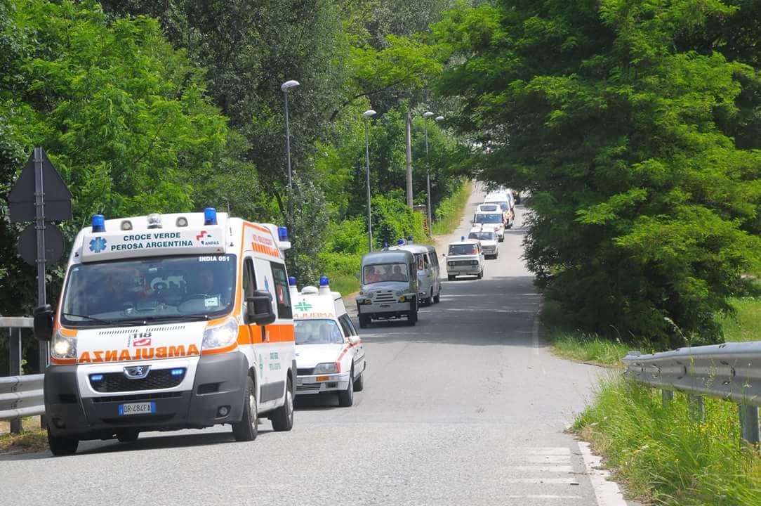 32: il corteo in ordine di marcia percorre le strade di Perosa, Pomaretto, Pinasca ed Inverso Pinasca – foto Massimo Bosco