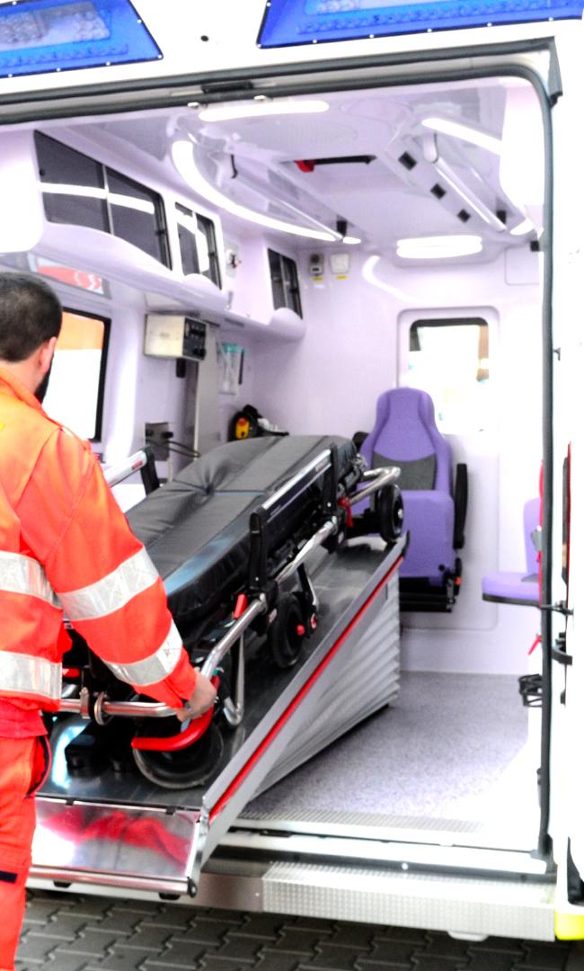Caricare e scaricare in sicurezza la barella? Parliamo del piano traslabile per l'ambulanza | Emergency Live 1