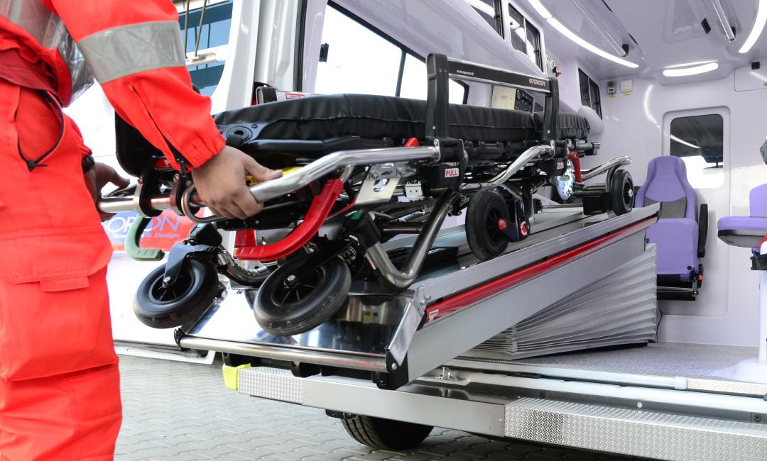 Caricare e scaricare in sicurezza la barella? Parliamo del piano traslabile per l'ambulanza | Emergency Live 6