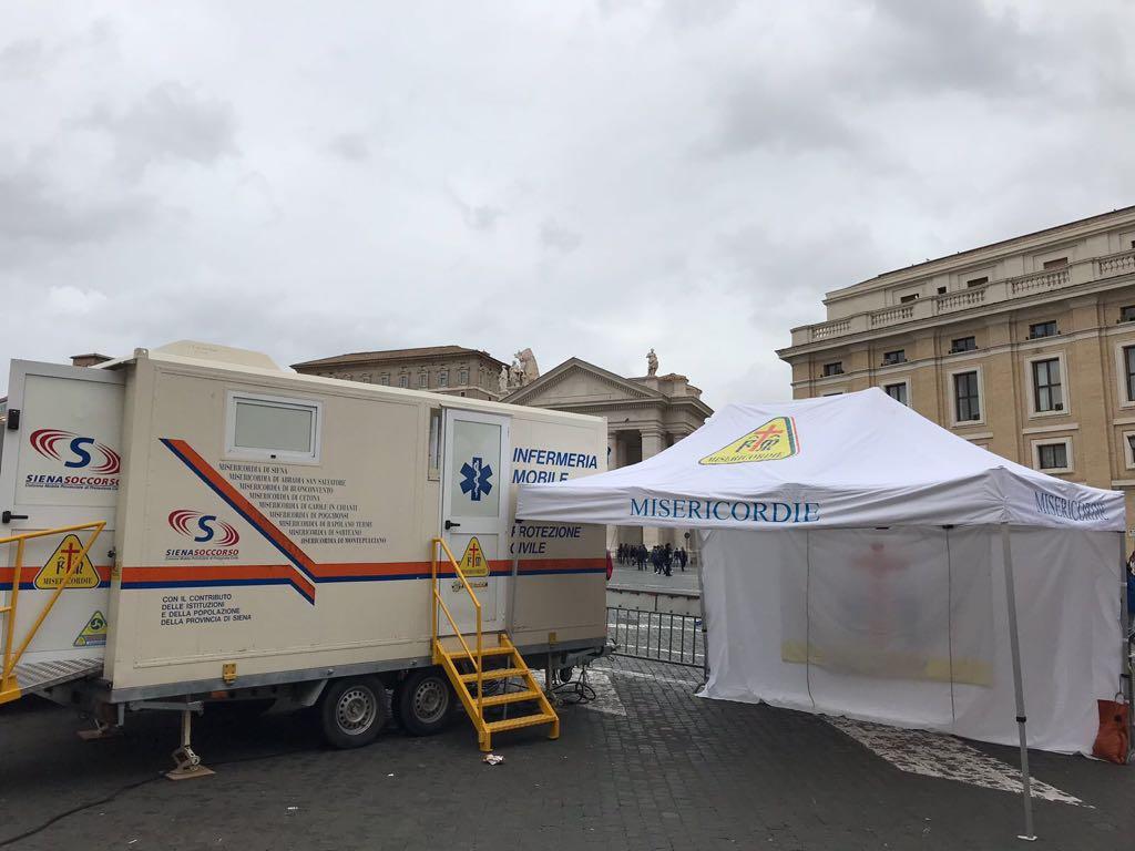 Check-up medico per i poveri in piazza San Pietro in occasione della Giornata Mondiale dei Poveri | Emergency Live 2