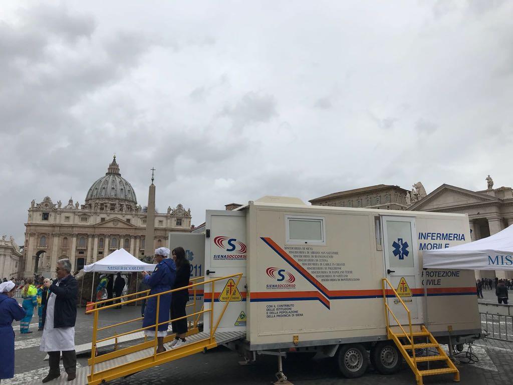 Check-up medico per i poveri in piazza San Pietro in occasione della Giornata Mondiale dei Poveri | Emergency Live 1