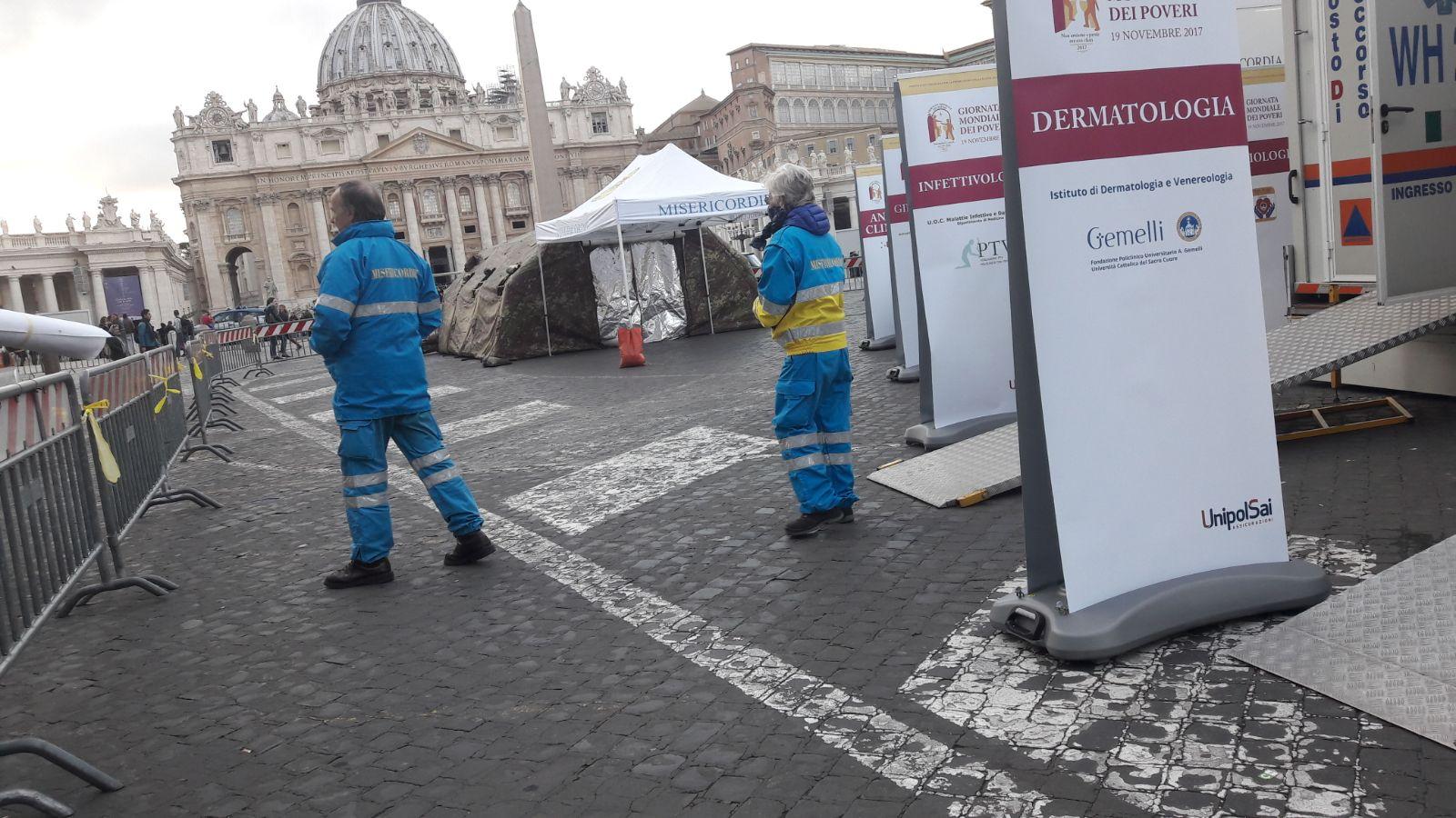 Check-up medico per i poveri in piazza San Pietro in occasione della Giornata Mondiale dei Poveri