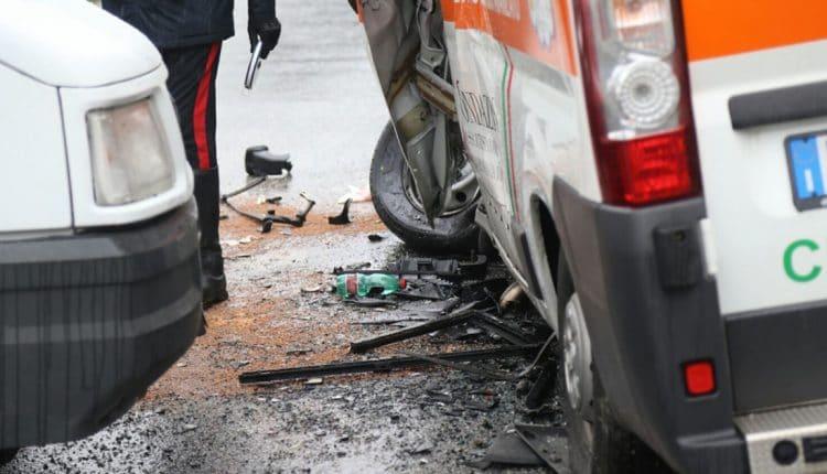 newwwincidente-ambulanza-furgone-san-claudio-3