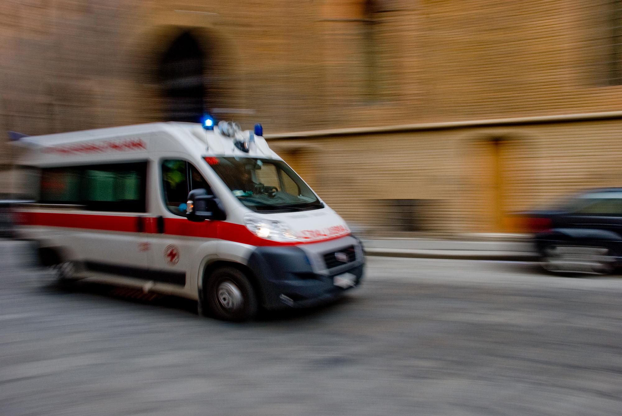 """Blocca l'ambulanza in mezzo alla via: """"Usate la sirena solo per il traffico"""""""