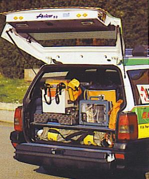 una vista operativa del baule aperto dell'automedica della Pubblica nel 1988