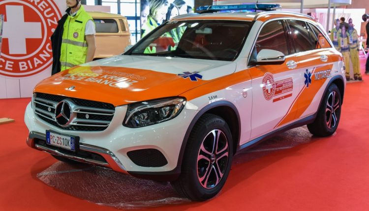Un'immagine statica della Mercedes ML della Croce Bianca di Bolzano