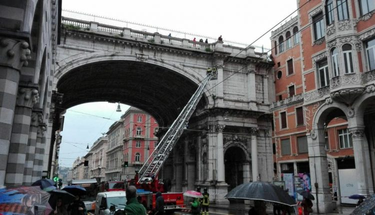 Genova suicidio riuscito cuscino alienati
