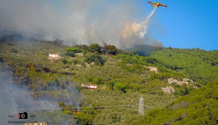 Sporchi, stanchi, ma AIB. Incendio del monte Serra, il racconto di chi c'è stato | Emergency Live 7