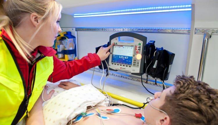 corpuls-3-female-paramedic-treating-patient_LR