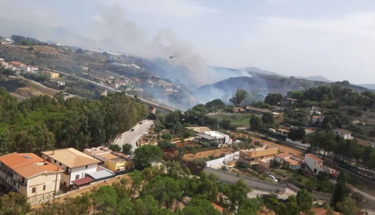 Incendi boschivi in Sicilia nel 2020, l'Aeronautica traccia un bilancio: 466 sganci per 350mila litri di acqua | Emergency Live 3