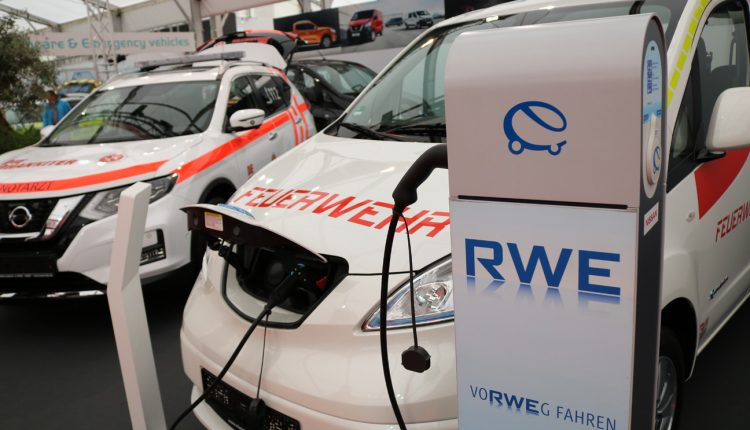 Nissan Feuerwehr response unit for safety and technical transportation