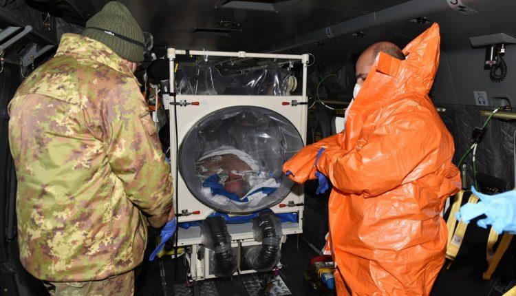 COVID-19, paciente en estado grave transportado en biocontención por helicóptero Air Force HH-101 GALERÍA DE FOTOS 2