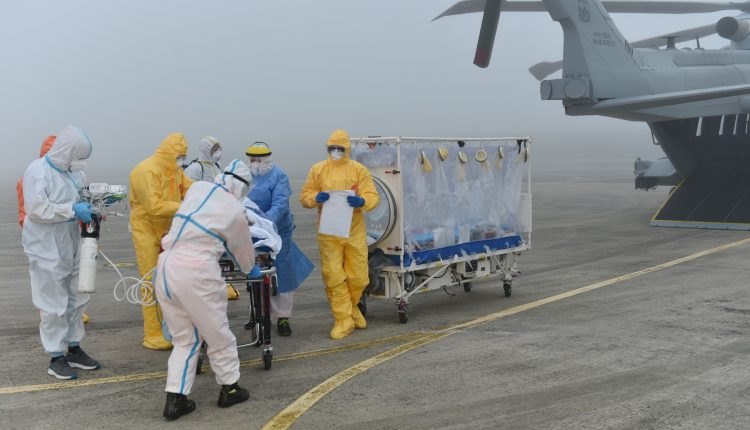 COVID-19, paciente en estado grave transportado en biocontención por helicóptero Air Force HH-101 GALERÍA DE FOTOS 1