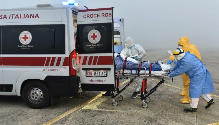 COVID-19, paciente en estado grave transportado en biocontención por helicóptero Air Force HH-101 GALERÍA DE FOTOS 6