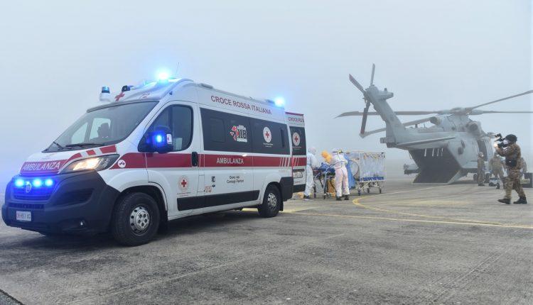 COVID-19, paciente en estado grave transportado en biocontención por helicóptero Air Force HH-101 GALERÍA DE FOTOS 5