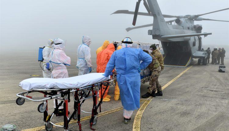 COVID-19, paciente en estado grave transportado en biocontención por helicóptero Air Force HH-101 GALERÍA DE FOTOS 11