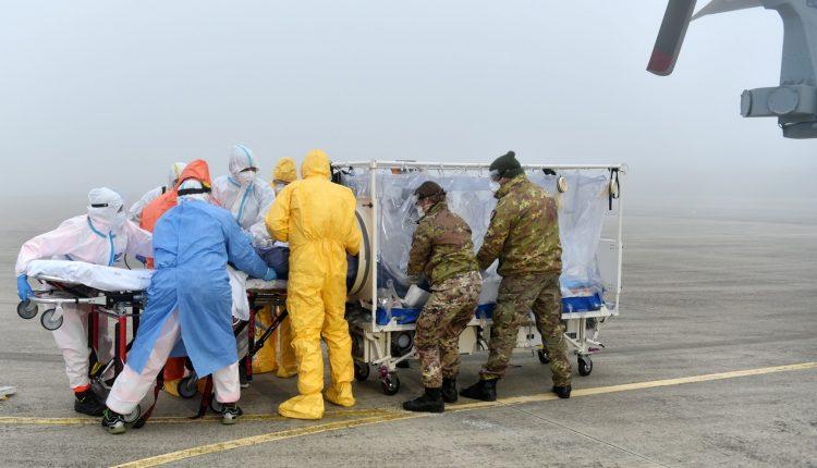 COVID-19, paciente en estado grave transportado en biocontención por helicóptero Air Force HH-101 GALERÍA DE FOTOS 8
