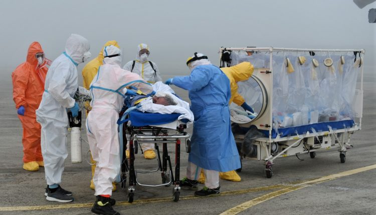 COVID-19, paciente en estado grave transportado en biocontención por helicóptero Air Force HH-101 GALERÍA DE FOTOS 9
