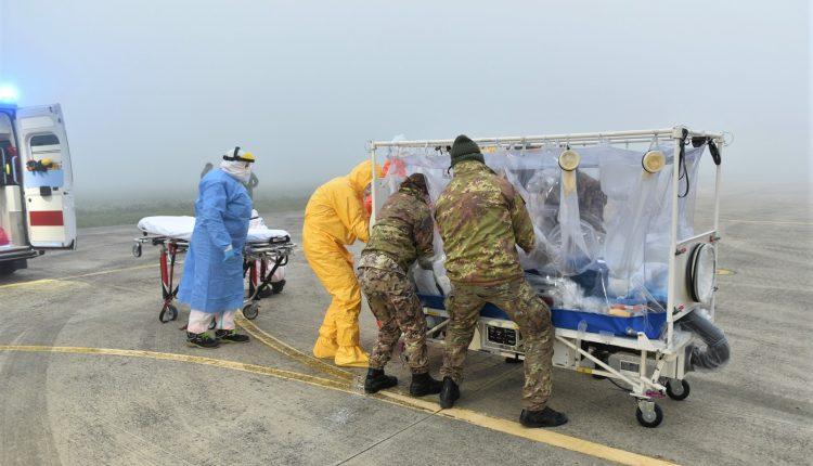 COVID-19, paciente en estado grave transportado en biocontención por helicóptero Air Force HH-101 GALERÍA DE FOTOS 10